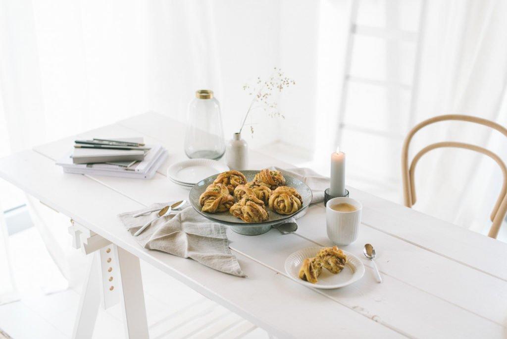 Zimtschnecken auf einem weißen Tisch