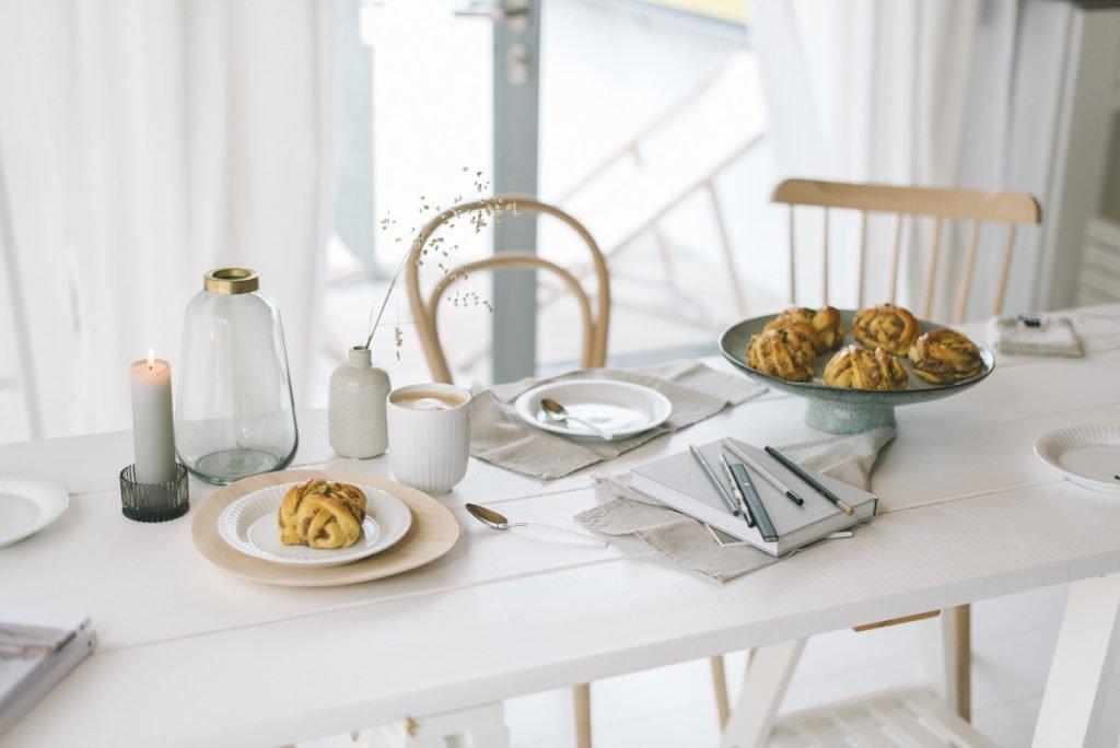 Frühstückstisch mit Zimtschnecke