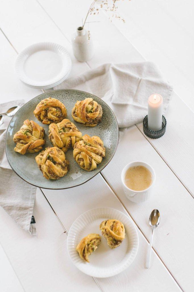 Schwedische Zimtschnecken auf Kuchenplatte